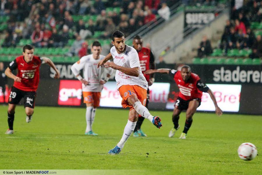 Younès Belhanda sous le maillot de Montpellier en train de tirer un penalty.