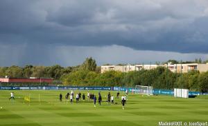 Les joueurs du PSG ont respecté une minute de silence avant le début de l'entraînement ce mardi